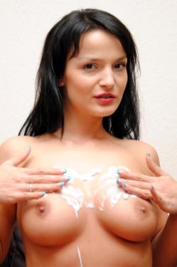 Maria Mia mit Creme auf ihren Titten