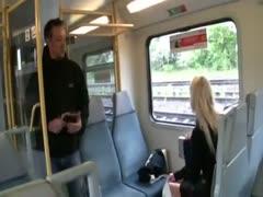 Blondine im Zug