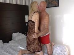 Reife blonde Frau in Sexy Unterwäsche